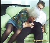 rondborstige moeder doet deepthroat sex