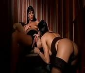 Elegante, lesbische Szene mit zwei wunderschönen Italienerinnen