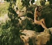 Modelo italiana desnuda en la playa