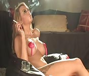 blonde stripteaseuse fume lentement