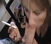 Una milf che fuma