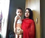Una donna indiana sposata viene sfondata