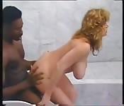 Fille à gros seins se tape une grosse bite black dans la douche
