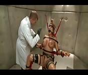Stoute meid vastgebonden en anaal gemarteld
