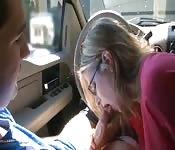Bonne pipe dans la voiture