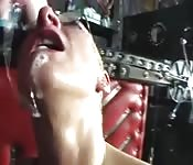 Una milf dai capelli biondi e corti ha voglia di sesso duro
