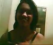 Una giovane indiana eccitata si spoglia davanti alla telecamera