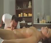 Massagem com final feliz para uma jovem estressada