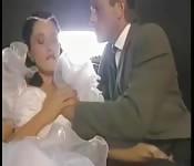 Un papa baise sa fille dans la voiture maritale