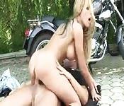 Motormeisje krijgt een pik
