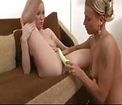 Rosyjska blond lesbijka z wielką zabawką erotyczną