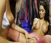 Orgie de femmes aux gros seins