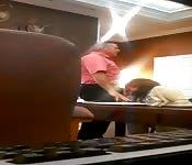 Mamada amateur con la webcam en la oficina