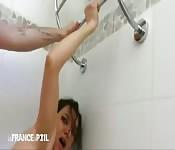 Una ragazza sexy scopata nel culo nella doccia