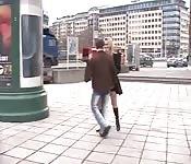 Chupándosela a un desconocido en la calle