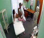 Un médecin excité examine la patiente et la baise