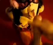 Luder in Maske lutscht Schwanz