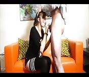 Morena em minissaia e lingerie chupando uma ereção