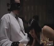 Hombre con los ojos vendados recibe tratamiento