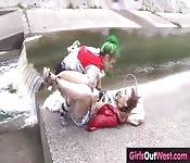 Amigas lésbicas se chupando ao ar livre