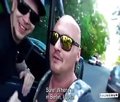 Brunett Sigourney Beaver in einem Van gefickt