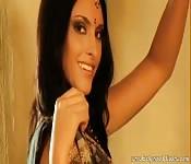 Una bella attrice indiana si spoglia per voi