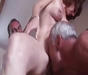 Deux mecs âgés baisent une mature