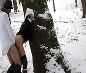 Voyage et sperme sur le cul dans la neige