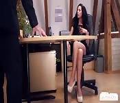 Sekretärin im Büro von ihrem Chef genagelt