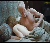 Viejo caliente se la folla mientras duerme