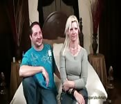 Niñera caliente se divierte con una pareja