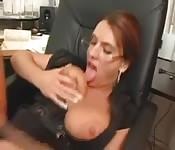 Vollbusige Sekretärin fickt den Boss