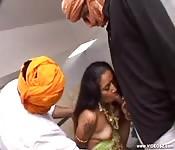 Deux inconnus baisent une fille indienne