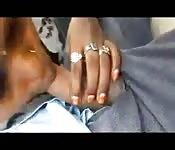 Mamada y paja en el coche entre una mujer y su amante