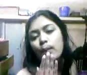 Joven amateur india juega para la cámara