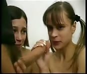 Deux jeunes filles et une queue