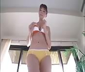 Die tolle Kay strippt und zeigt ihren heißen Körper her