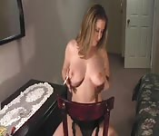 Una bella mamma fuma ed esce le tette in webcam