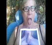 Oude oma gaat geil