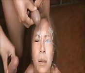 Frau von vier Schwänzen gefickt