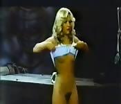 Blondine stript om haar strakke natte kutje te laten zien