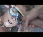 Blondine mit Augenschutz für ihre Gesichtsbehandlung