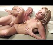 Un uomo maturo e una bionda si godono una gran scopata sul divano