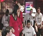 Dos putitas asiáticas en un bar