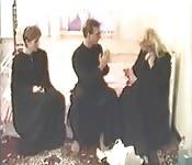Zwei Nonnen und ein Priester