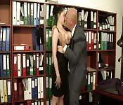 Eine Sekretärin mit Megabrüsten