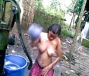 Câmera escondida grava indiana tomando banho na fonte