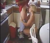 Blonde Hure wird in der Küche gebumst