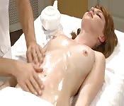 Masaje especial para la pelirroja