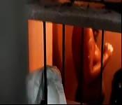 Riprese clandestine di una donna indiana sotto la doccia